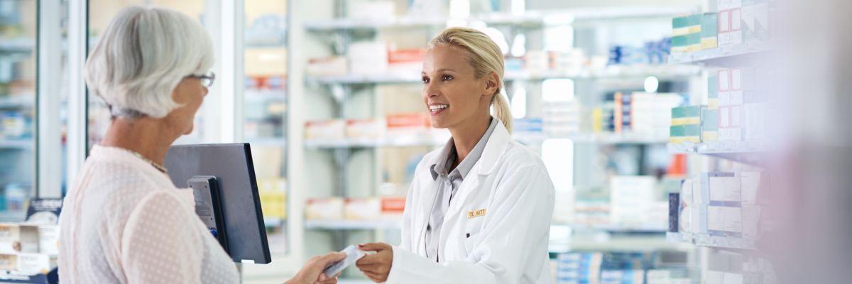 Medikament in Apotheke wird übergeben
